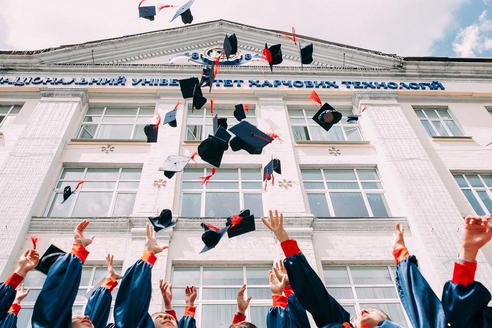 étudiants diplômés devant Université